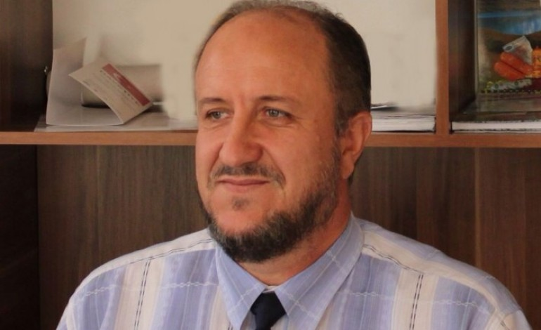 Burim Piraj ironizon me deklaratën e Baton Haxhiut: Kam kërcyer një herë nga traktori, jam lënduar shumë