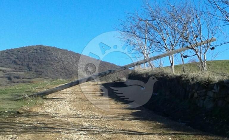 Shtyllat elektrike bllokojnë rrugën në Bjeshkë të Zaplluxhës
