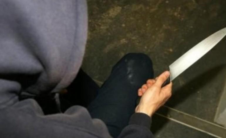 Prizren: E therin rëndë me thikë dhe ikin