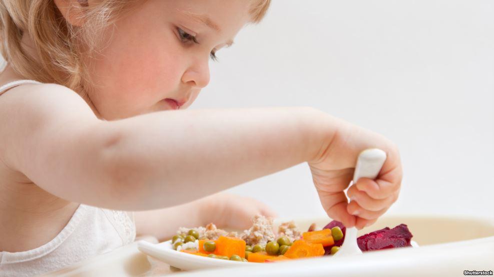 Nëna tregon mënyrën efikase për t'ia dhënë fëmijës tuaj ilaçet pa mundime të tepërta