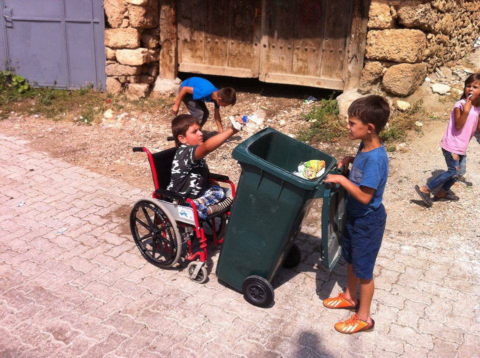 Mërgimtari dhe fëmijët pastruan oborrin e xhamisë në Zgatar