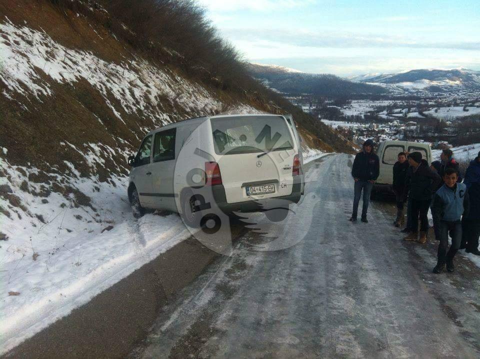 Rrugët me ngrica nëpër fshatra malore shkaktojnë vështirësi për vozitësit