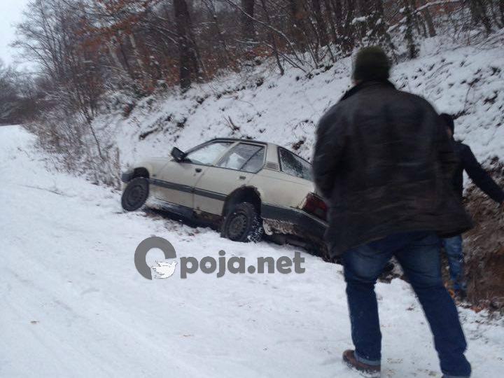 Rrëshqet një vetur në rrugën e fshatit Xërxe të Dragashit