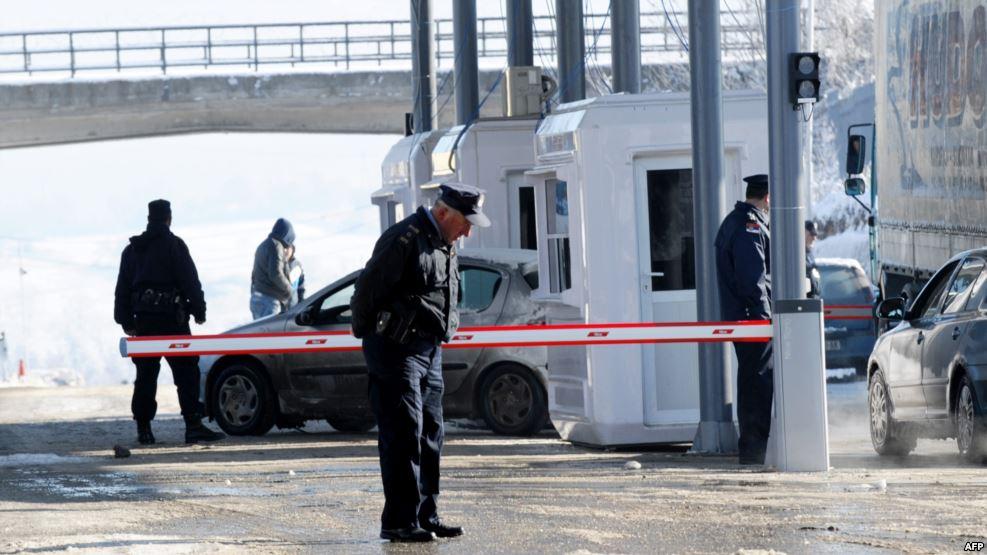 Nuk ndalet për kontrollim në kufi, godet veturën zyrtare