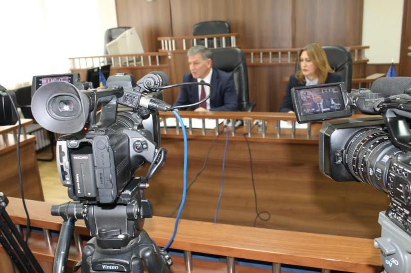 Prizren: E akuzuara për fajde, rrahet rrugës për gjykatë