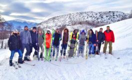 Të rinjtë e Opojës gjejnë një mënyrë për të ikur nga telefonat - skijat (Video)