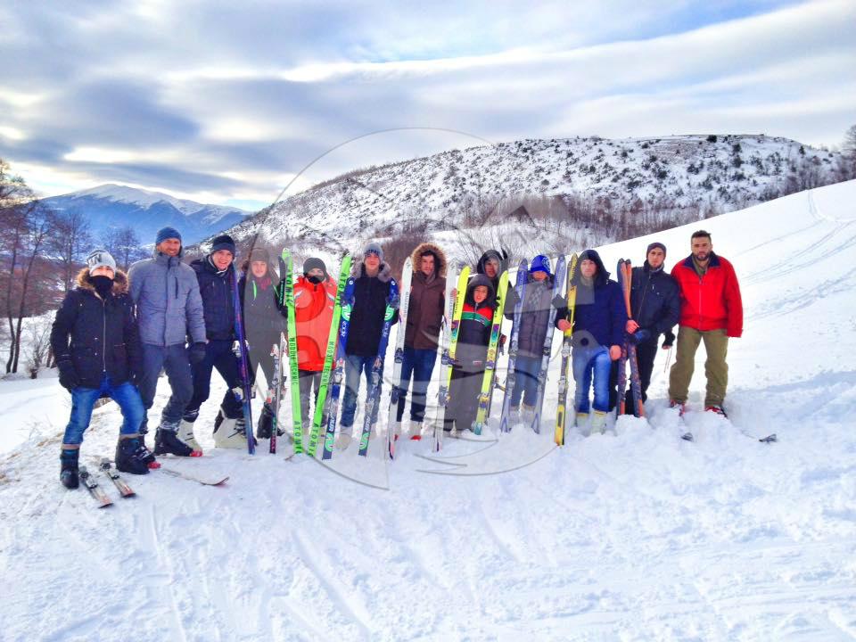 Të rinjtë e Opojës gjejnë një mënyrë për të ikur nga telefonat – skijat (Video)