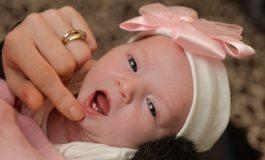 Lind foshnja me dy dhëmbë