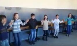 Nxënësit e shkollës fillore duke mësuar valle nga mësuesi Muhamed Kryeziu