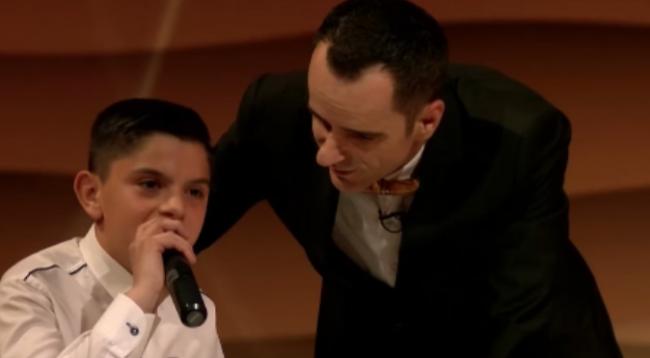 13 vjeçari insistoi të mos dalë nga studio pa kënduar (Video)