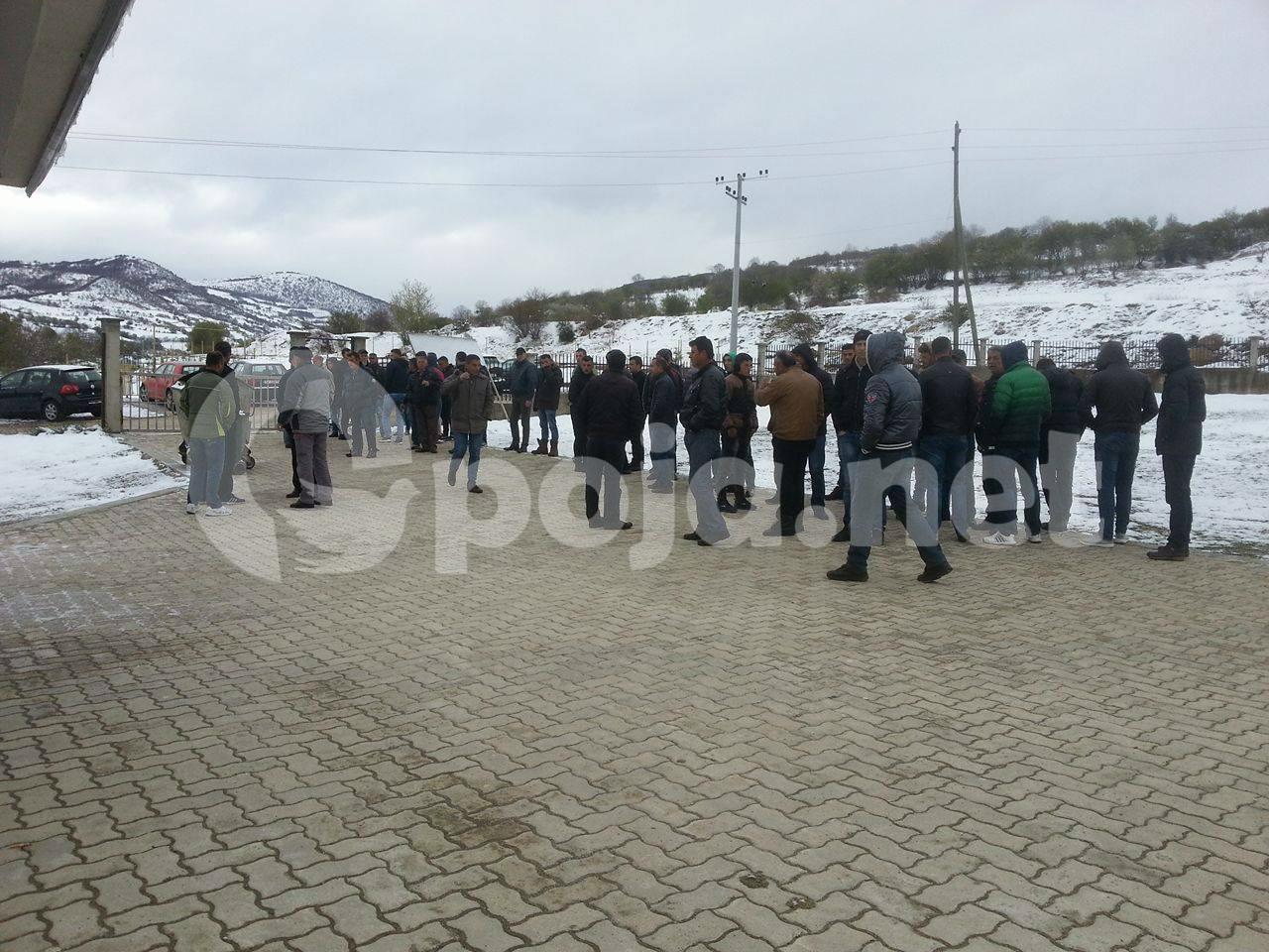 Vazhdon protesta në shkollën e fshatit Blaç, nxënesit mbesin pa mësim