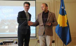 Enis Veliu shpërblehet me çmimin 'Vangjush Gambeta'