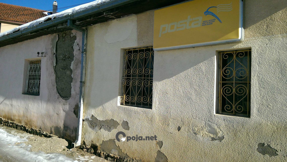 Gati po rrënohen zyra e vendit dhe e postës në fshatinë Bresanë (Foto)
