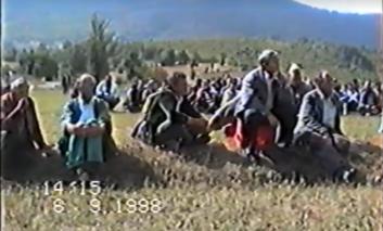 Beteja e Buqes e 1998-së dhe grumbullimi i banorëve nga policia serbe (Video)