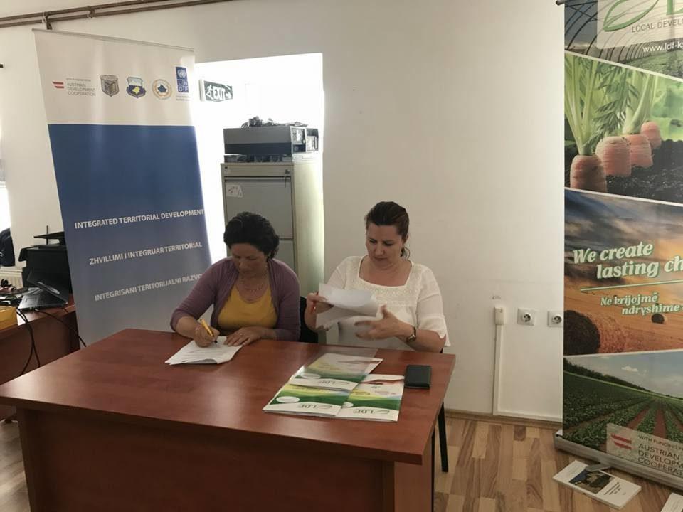 Fondi për Zhvillim Lokal dhe projekti InTerDev 2, nënshkruan kontrata të granteve për 3 fermerë përfitues