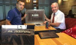 Zeqir Memeti, dhuroi punimin e logos së Radio Pendimit nga arti i veçantë i gjilpërave (Foto)