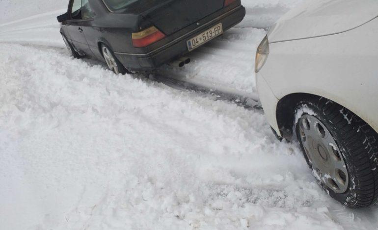 Rruga Dragash – Prizren e papastruar nga bora, vozitësit kanë mbetur deri 3 orë për të kaluar