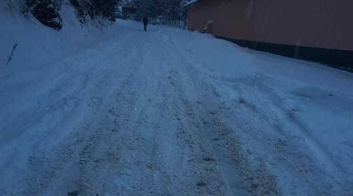 Bora e madhe bllokon fshatin Buqe të Dragashit, banorët s'mund të shkojnë as te mjeku