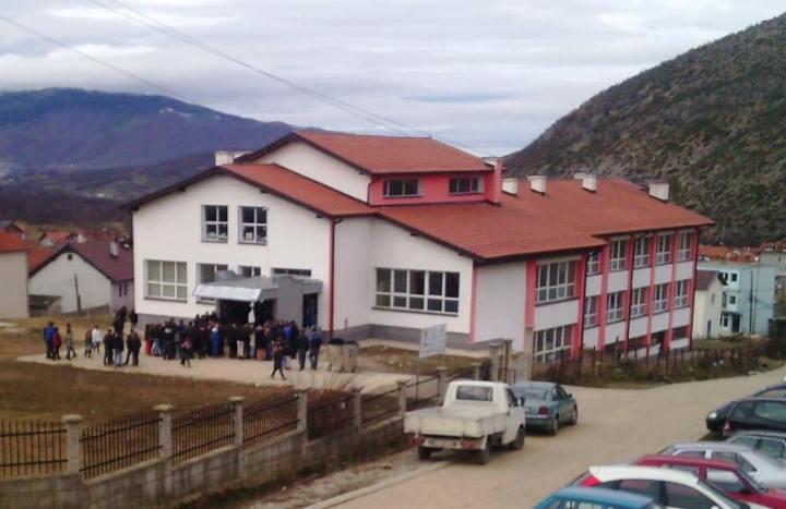 Në një konkurs në Dragash u pranuan familjarë të nënkryetarit e drejtorit të shkollës