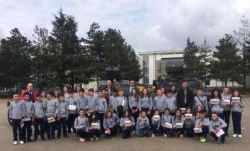 """Nxënësit e shkollës """"Fetah Sylejmani"""" vizituan ushtrinë e Kosovës si dhe kompleksin e Jasharajve"""