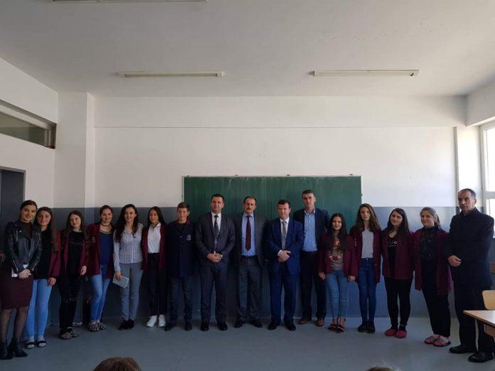 Vizitë në shkollën Sezai Surroi, ndahët shumë i kënaqur zëvendesministri