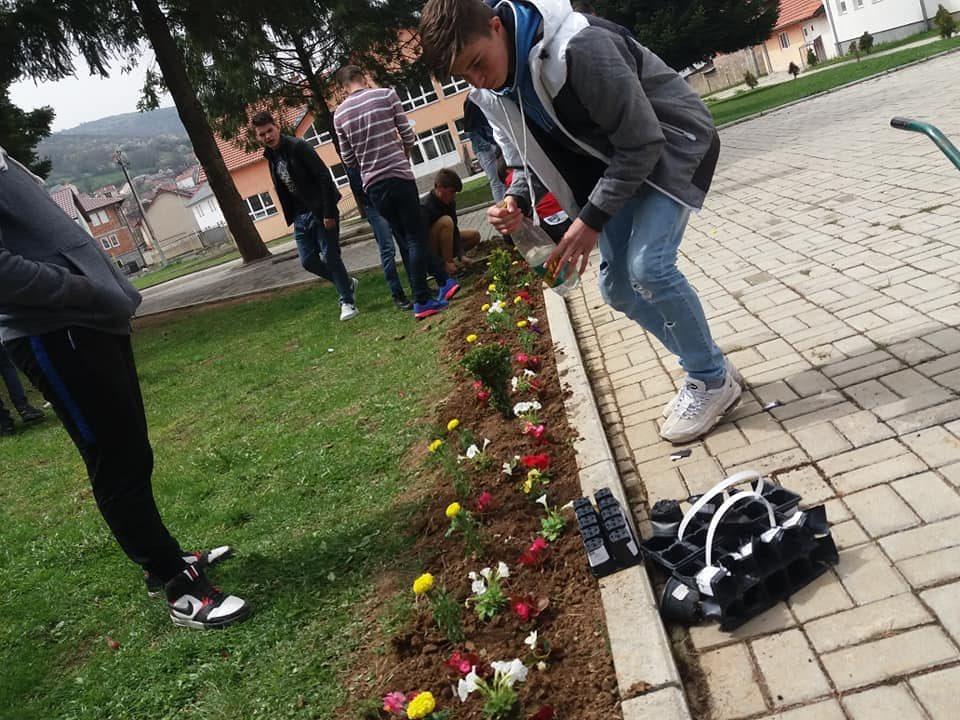 """Nxënësit e shkollës """"28 Nëntori"""" në Bresanë mbollën lule për nder te ditës së Tokës"""