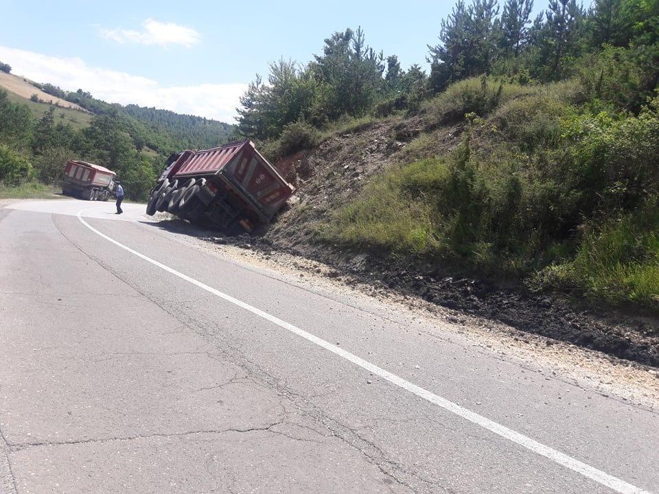 Të mërkuren sërish është aksidentuar një kamion në dalje të fshatit Plavë të Dragashit, fatmirësisht pa të lënduar