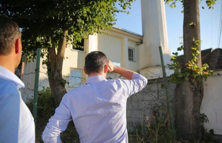 Afrohen zgjedhjet, Kadri Veseli shkon në xhami…!