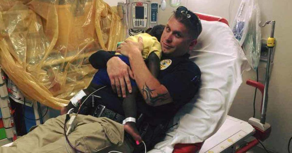 Abandoned toddler found wandering is comforted by kind police officer – let's thank him