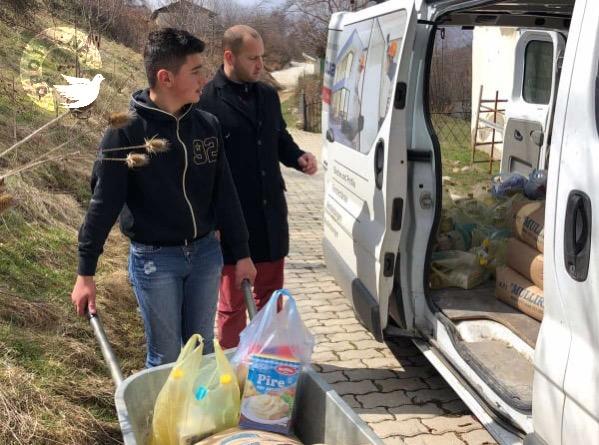 """Shoqata humanitare """"Opoja"""" ndajnë 20 pako ushqimore për familjet nevojtare në trevën e Opojës"""