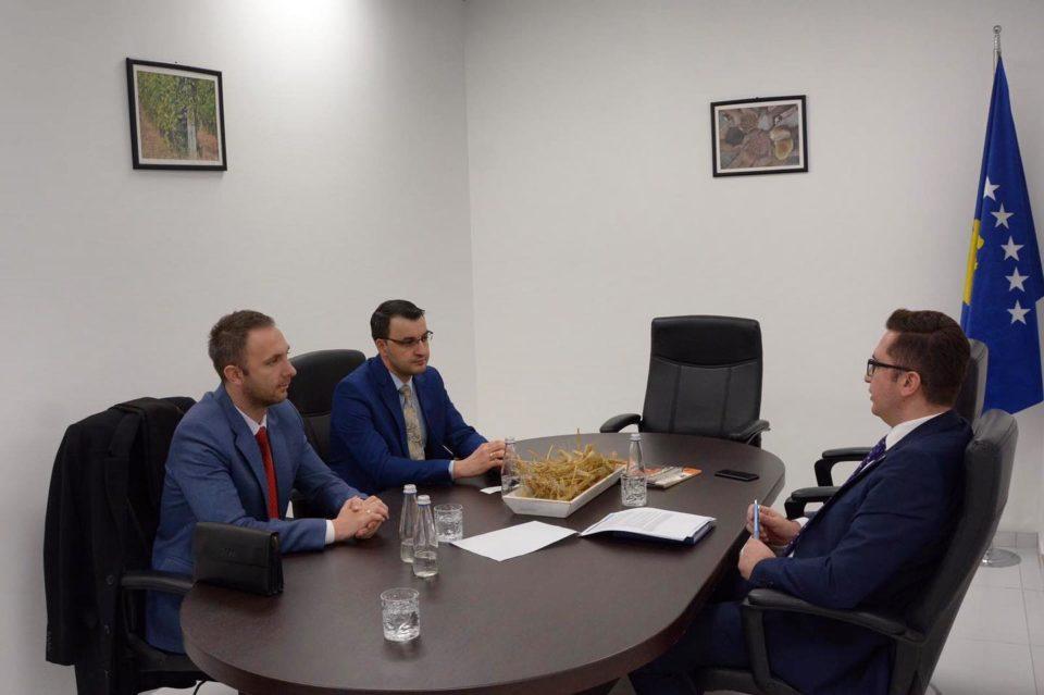 Ministri Mustafa takoi drejtorin e Shoqatës së Sigurimeve, Sami Mazrek