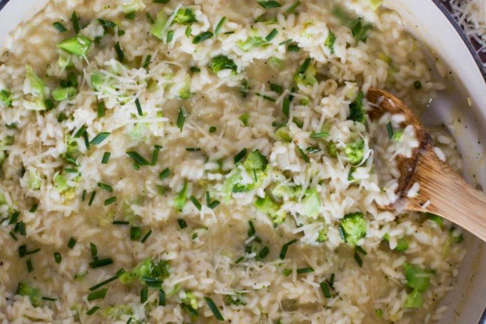 Receta e orizit të ngrohtë me brokoli – shije dhe shëndet në një pjatë