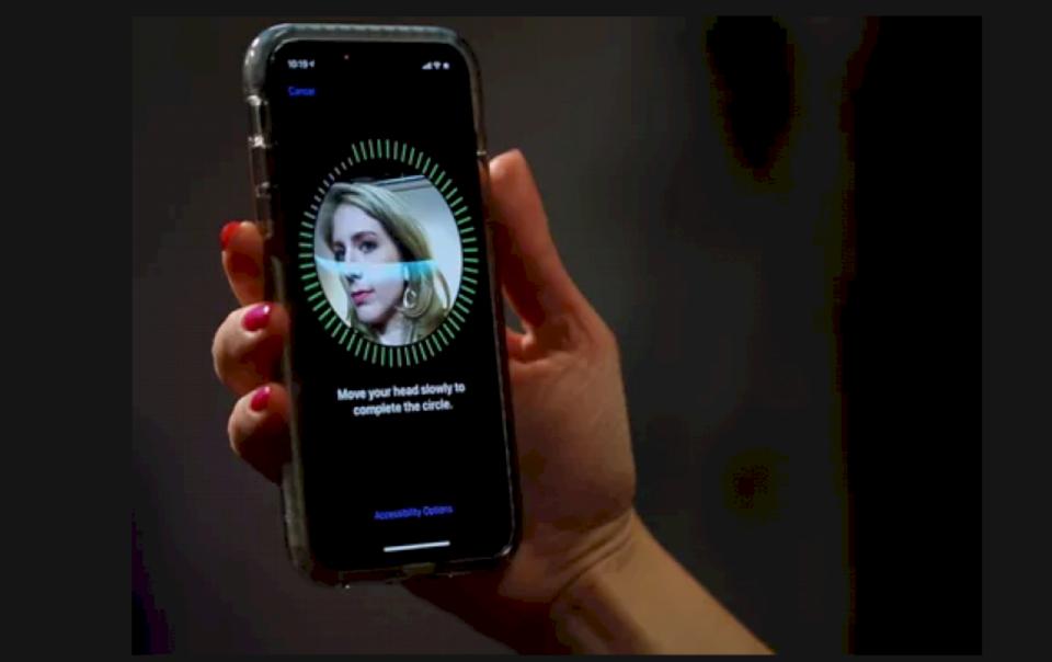 """Apple bën softuer të ri për hapje të iPhoneve pa """"Face ID"""", shkaku i koronavirusit"""
