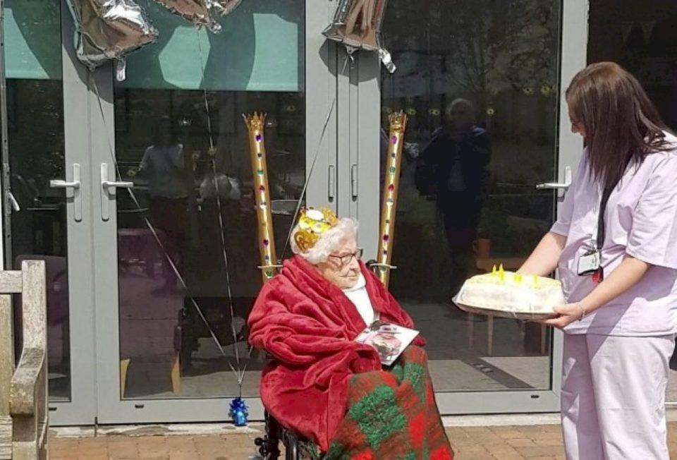 Një gruaja feston ditëlindjen e saj të 107-të me distancë shoqërore jashtë shtëpisë së kujdesit