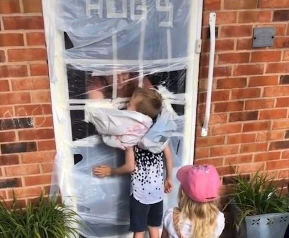 Një nënë shfaqet me një ide interesante që fëmijët të mund të përqafojnë gjyshërit në izolim