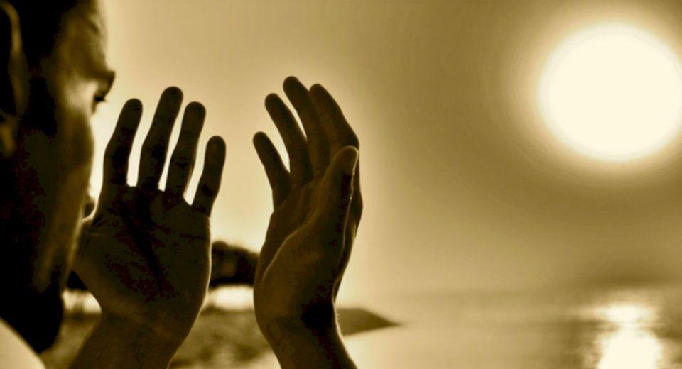 Ngrita kokën lart kah qielli dhe qesha, i kënaqur me caktimin e Tij, çfarëdo qoftë ai !