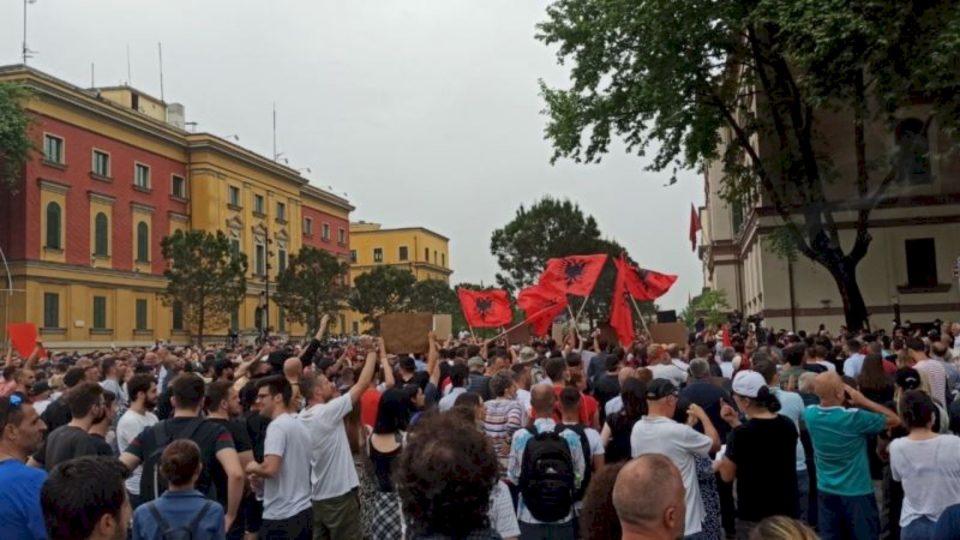 Protestohet për shembjen e Teatrit Kombëtar