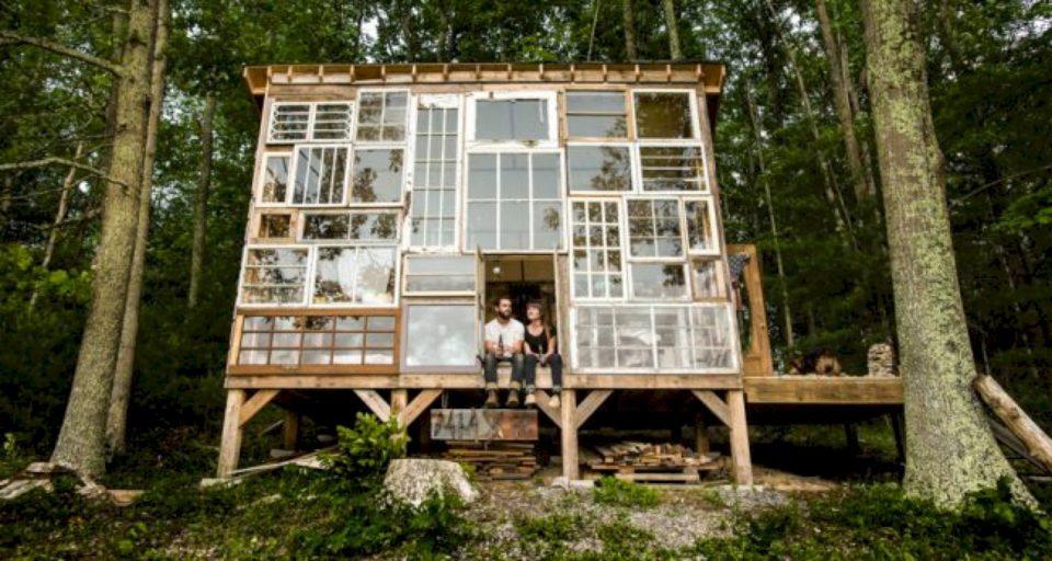 Një çift ndërtuan një kabinë nga dritaret e ricikluara