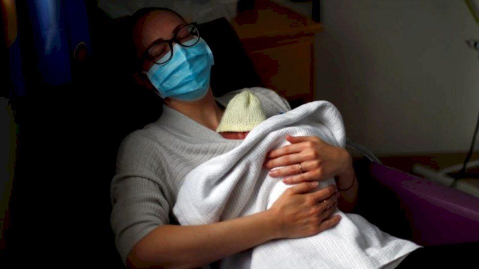 Të bëhesh nënë në kohë koronavirusi