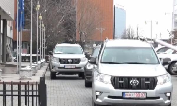 Pse Albin Kurti vazhdon t'i përdorë veturat e shtetit edhe pas rënies nga pushteti?