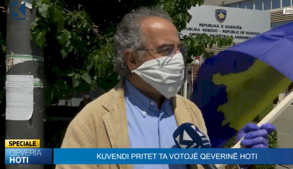 """""""Dëshpërim Kosova"""" – qytetari që po proteston kundër Qeverisë Hoti (VIDEO)"""