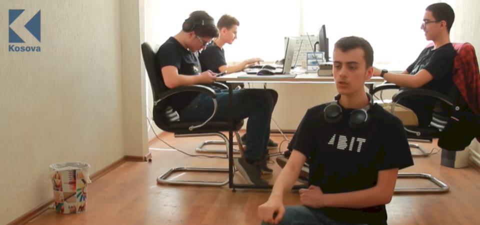 16 vjeçarët që po krijojnë kompaninë e tyre në Kosovë (VIDEO)