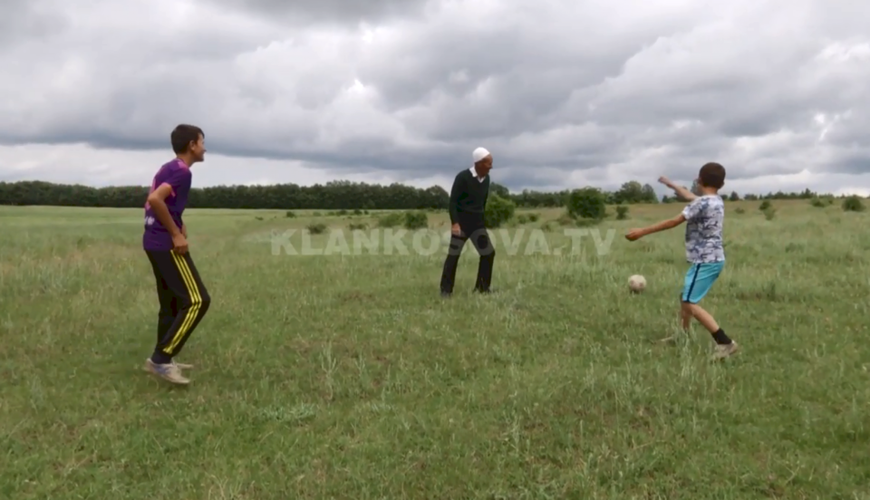 74 vjeçari nga Prekazi që ëndërr kishte të bëhej futbollist, zbavitet me fëmijë livadheve të fshatit (VIDEO)
