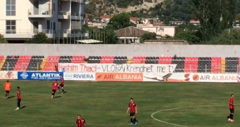 """""""Hashim Thaçi, Vlora krenohet me ty"""", pankartë në një ndeshje futbolli në Shqipëri"""