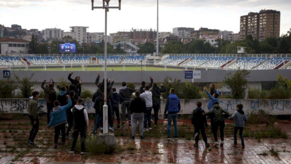 Të ndaluar brenda, tifozët e futbollit mblidhen jashtë stadiumit