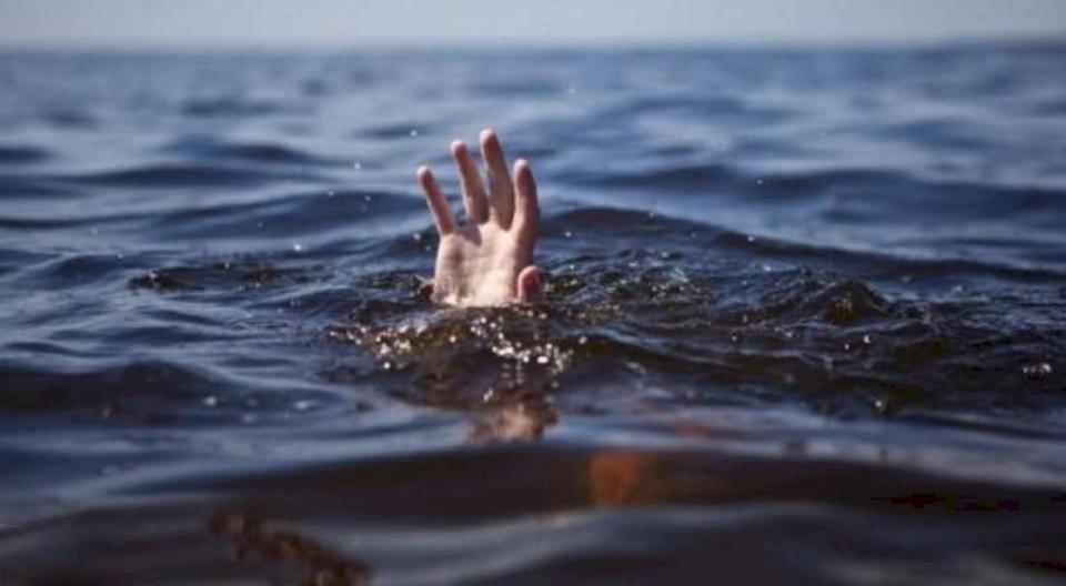 Vdes një kosovar në plazhin e Durrësit