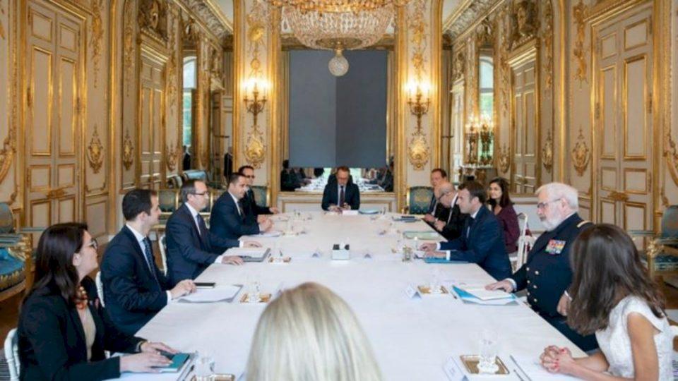 Hoti bisedon me Macronin në prag të rifillimit të dialogut me Serbinë