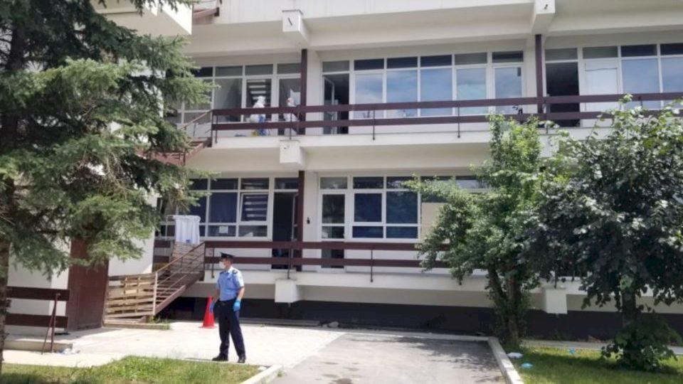 Policia 'ruan' pacientët me koronavirus nga familjarët