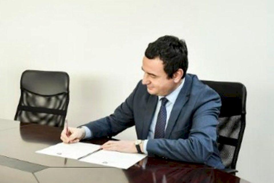 Kritikoi kosovarët se nuk po lexojnë, por postimi i Kurtit ishte me plot gabime gjuhësore