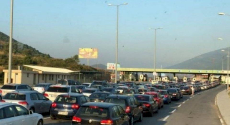 Nuk i ndahen detit kosovarët, kolona të gjata në kufi me Shqipërinë